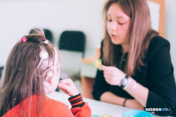 «Для нас красивый эффект — это вовсе не первое включение аппарата, когда ребенка шокирует поток шумов. Эффект — когда ребенок начинает дифференцировать звуки и говорить»