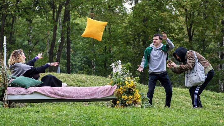 Цветы под дождем. Смотрим, как проходит фестиваль BOTANIСA в парке «Швейцария»