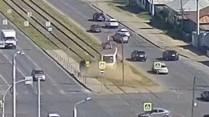 В Челябинске трамвай на скорости сошел с рельсов, момент поломки попал на видео