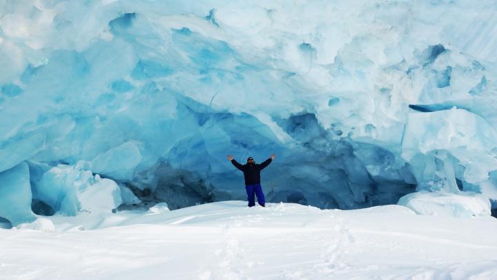 Прогулки по Арктике. Что можно увидеть внутри айсберга: там гуляют медведи, а люди читают Толстого