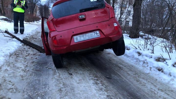 «Из-под меня ушла земля»: в Ярославле автомобиль провалился в дыру на дороге