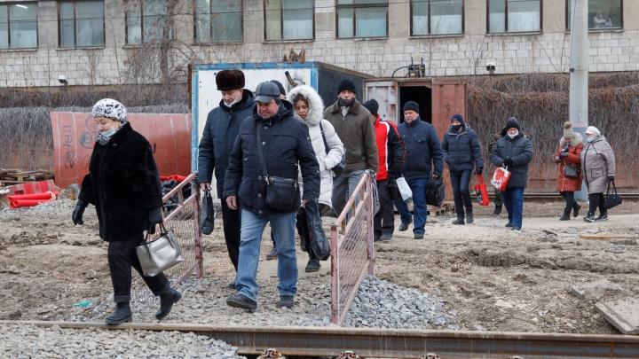 «Пробки по 40 минут, домой опаздываем»: волгоградцы требуют вернуть трамвайный переезд на остановке «Хлебозавод»