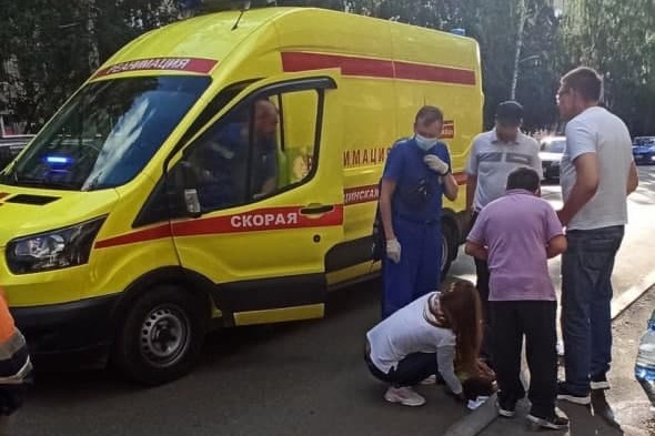 «Ударилась головой о капот, оставив вмятину». В Екатеринбурге «Газель» сбила 6-летнюю девочку