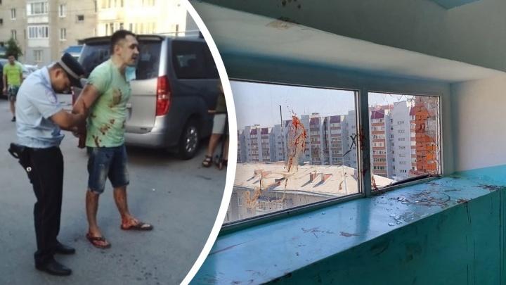 Полицейский и очевидец спасли мужчину в Тюмени, который стоял в окне 9-го этажа