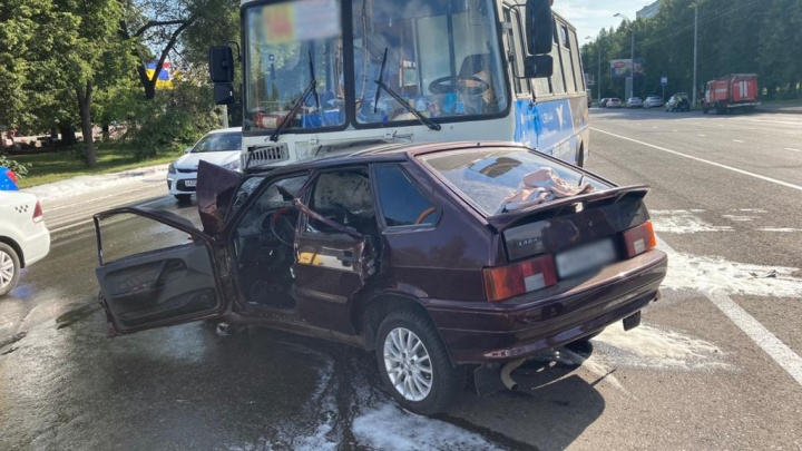 В Кемерово легковушка влетела в маршрутку с пассажирами. Есть пострадавшие