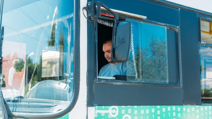 Водителям омских автобусов, троллейбусов и трамваев увеличили зарплату