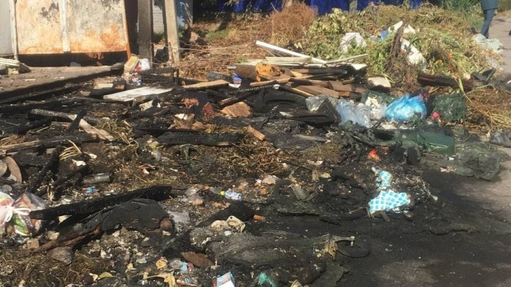 Из частного сектора в Ростове перестали вывозить сухие листья и ветки. Теперь мусор постоянно горит, угрожая домам