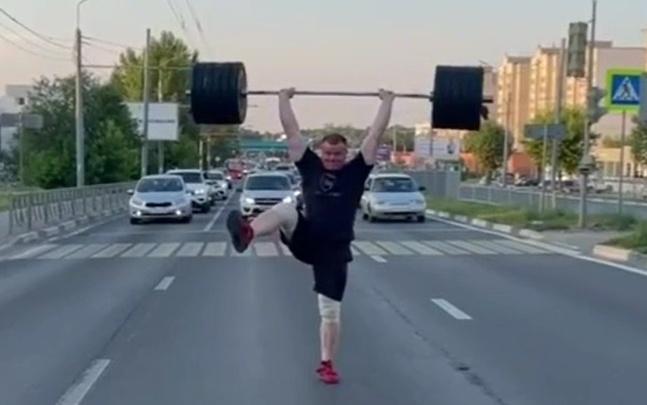 «Не хватает внимания в качалке»: в Ярославле силач поднял штангу посреди проезжей части
