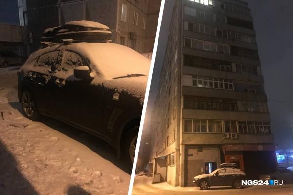 Тело мужчины лежало около «Инфинити» — владелец машины обратился в полицию с заявлением (есть небольшие повреждения на двери)