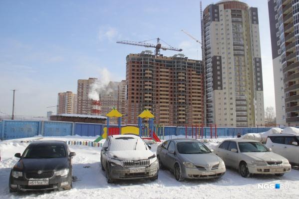 Некоторые новосибирцы решили воспользоваться выгодной льготной ипотекой, а другие спасали свои деньги