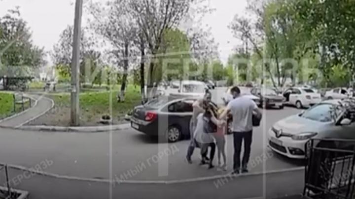Челябинские полицейские скрутили во дворе закладчицу на глазах у ее ребенка