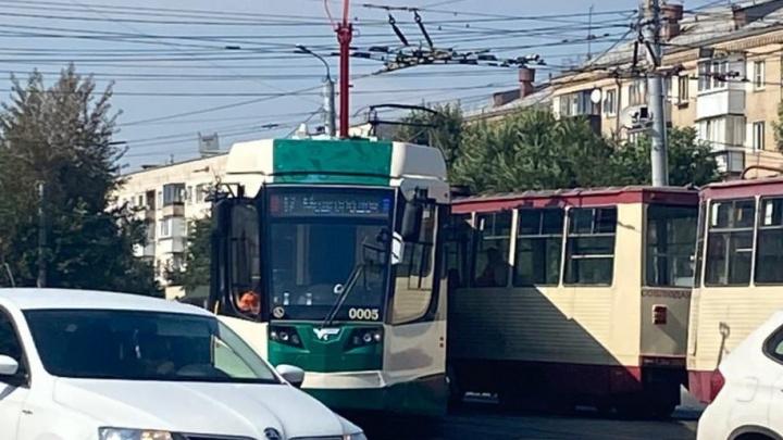 «Прошел крещение»: в Челябинске новый трамвай сошел с рельсов и врезался во встречный