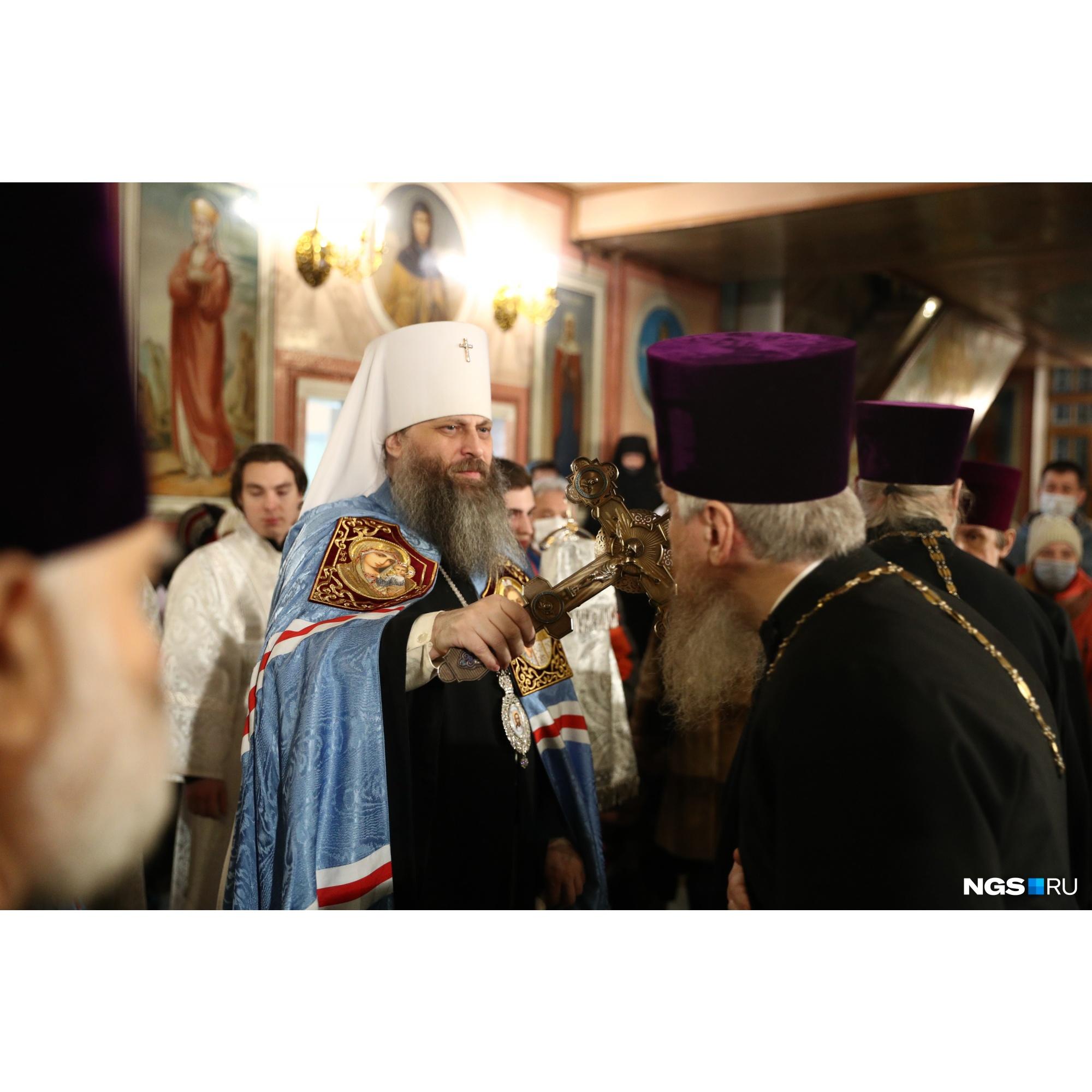 Во время службы священники были без масок, но надели их перед причастием