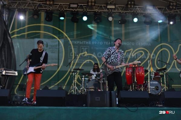 Программой фестиваля предусмотрено выступление шести исполнителей, включая хедлайнеров — грузинских «Мгзавреби» и группы «Браво»