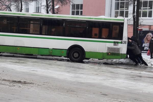 Ярославцы пытаются вытолкать здоровенный автобус