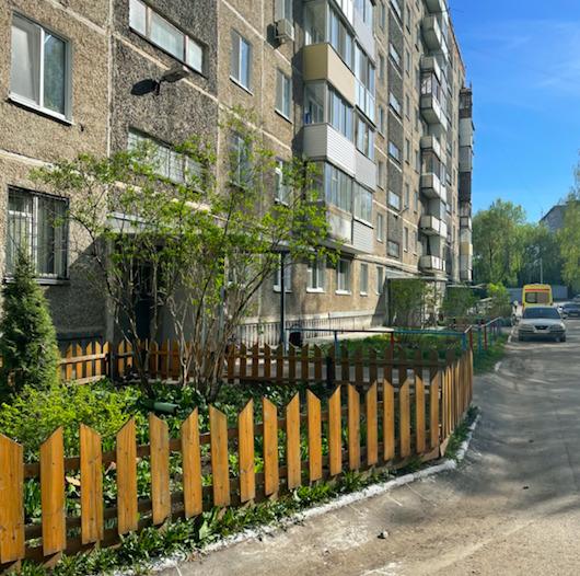 Теперь у дома появился красивый забор для газона