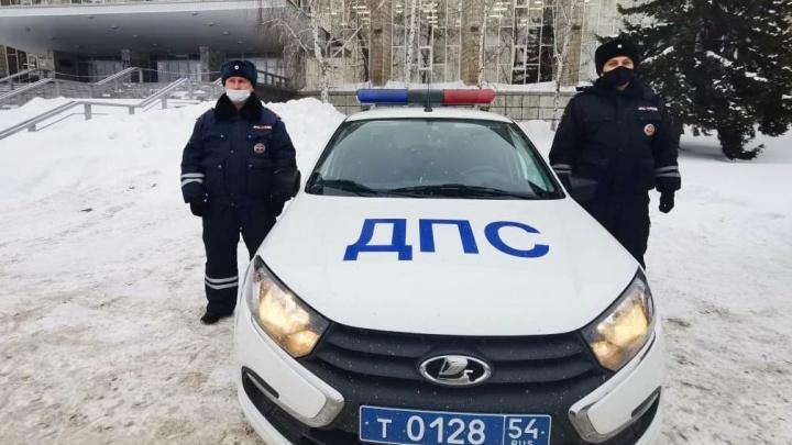 В Новосибирске водителю КАМАЗа оторвало прицепом палец— мужчине на помощь пришли автоинспекторы