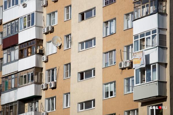 Летом увеличивается число детских падений из окон и балконов