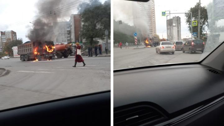 Посреди перекрестка в Новосибирске выгорел китайский грузовик — видео инцидента