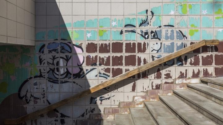 На комфорт это не влияет: в Волгограде отказались восстанавливать рисунки на стене станции метротрама