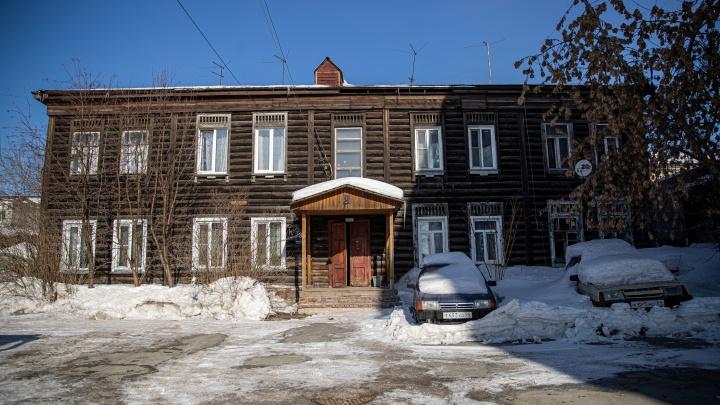 Дом с дырой: как живут в самом старом аварийном доме Новосибирска — среди элитных высоток тихого центра