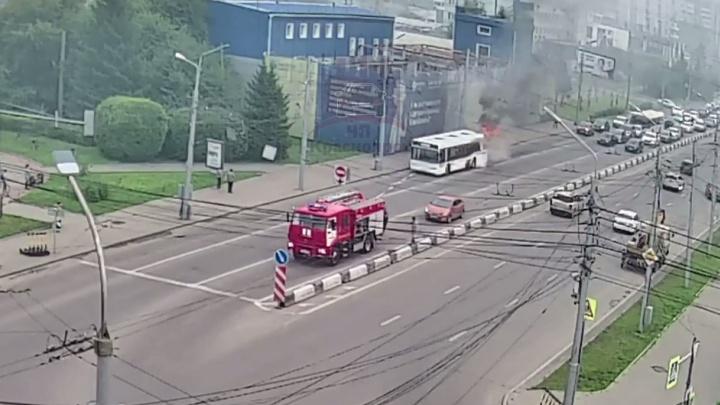 Автобус загорелся на ходу в Красноярске — неподалеку от пожарной машины