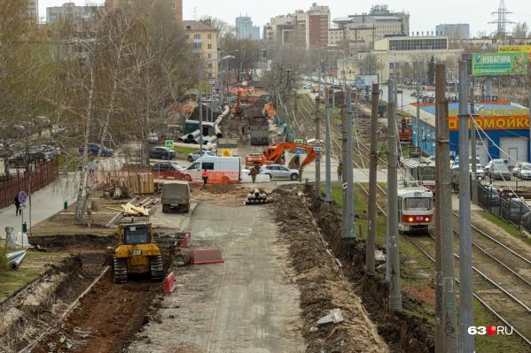 На участке уже видны очертания будущей дороги