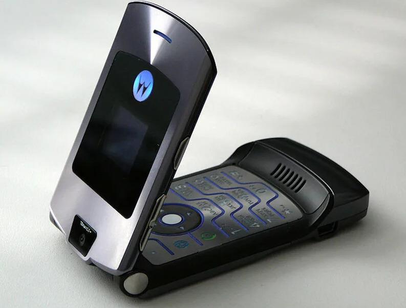 Motorola RAZR V3, 2004 год