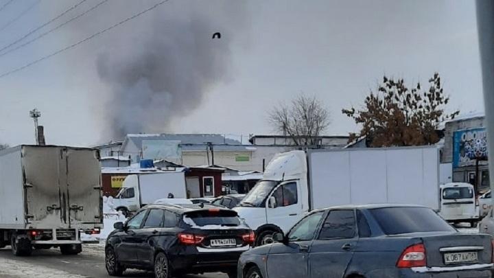 Рухнула крыша: у овощебазы на улице Олимпийской произошел крупный пожар