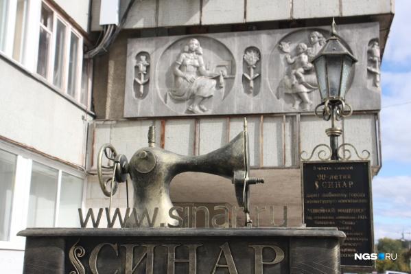 На территории фабрики есть историческое панно, которое требует особого внимания