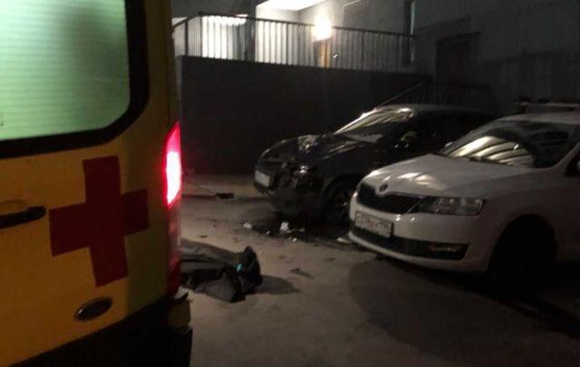 В Екатеринбурге мужчина выпал из окна на припаркованный автомобиль