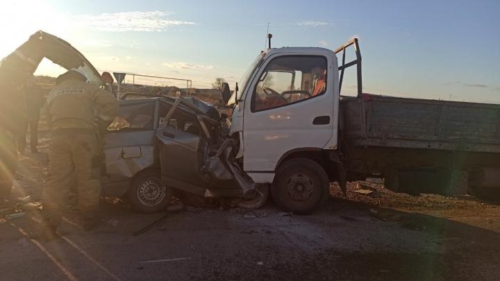 Легковушку сплющило пополам: в Самарской области в ДТП погибли три человека