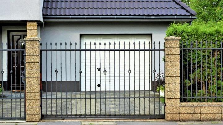 Строителям на заметку: что поможет сделать забор привлекательнее и быстрее установить его