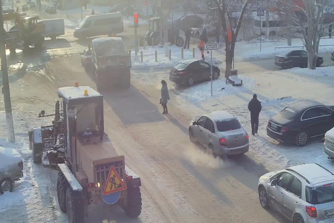 Скользить приходится пешеходам, буксовать — водителям