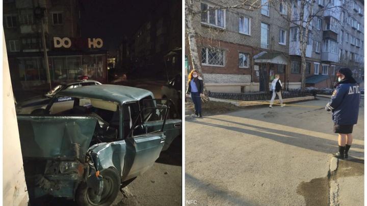 В Свердловской области пьяные подростки угнали машину и врезались в жилой дом