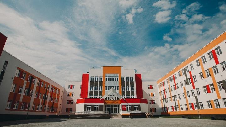 Жалобы тюменцев на нехватку мест в школе дошли до Москвы. Отвечать пришлось губернатору