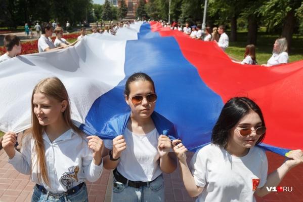 100-метровый флаг пронесли от площади Павших борцов до центральной набережной