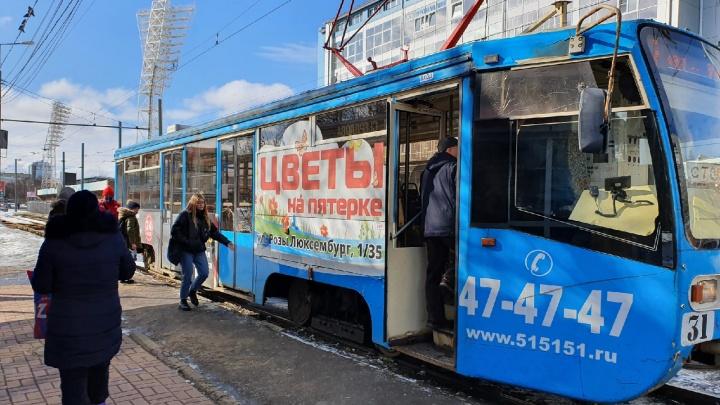 «Пассажиры устроили давку»: в Ярославле людей начали впускать в трамваи и троллейбусы по новым правилам
