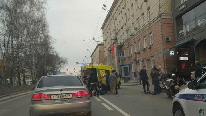 В центре Новосибирска автомобиль сбил мотоциклиста — на месте работает скорая помощь