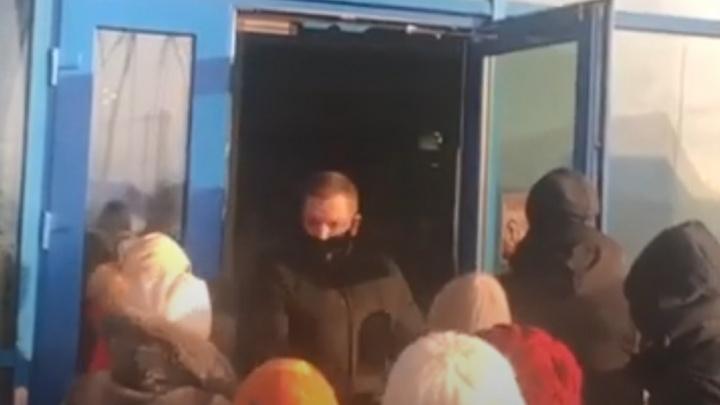 Новосибирский аквапарк не смог вместить всех посетителей— они устроили драку с охраной (видео)