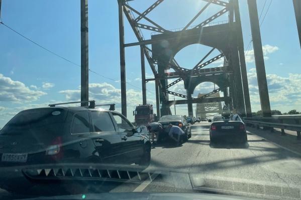 Как утверждают очевидцы, на мосту случилась авария