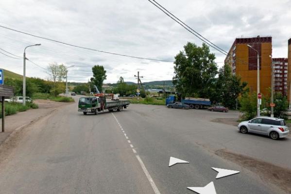 На этом перекрестке нет ни светофоров, ни пешеходных переходов, а знаки приоритета замечают не все