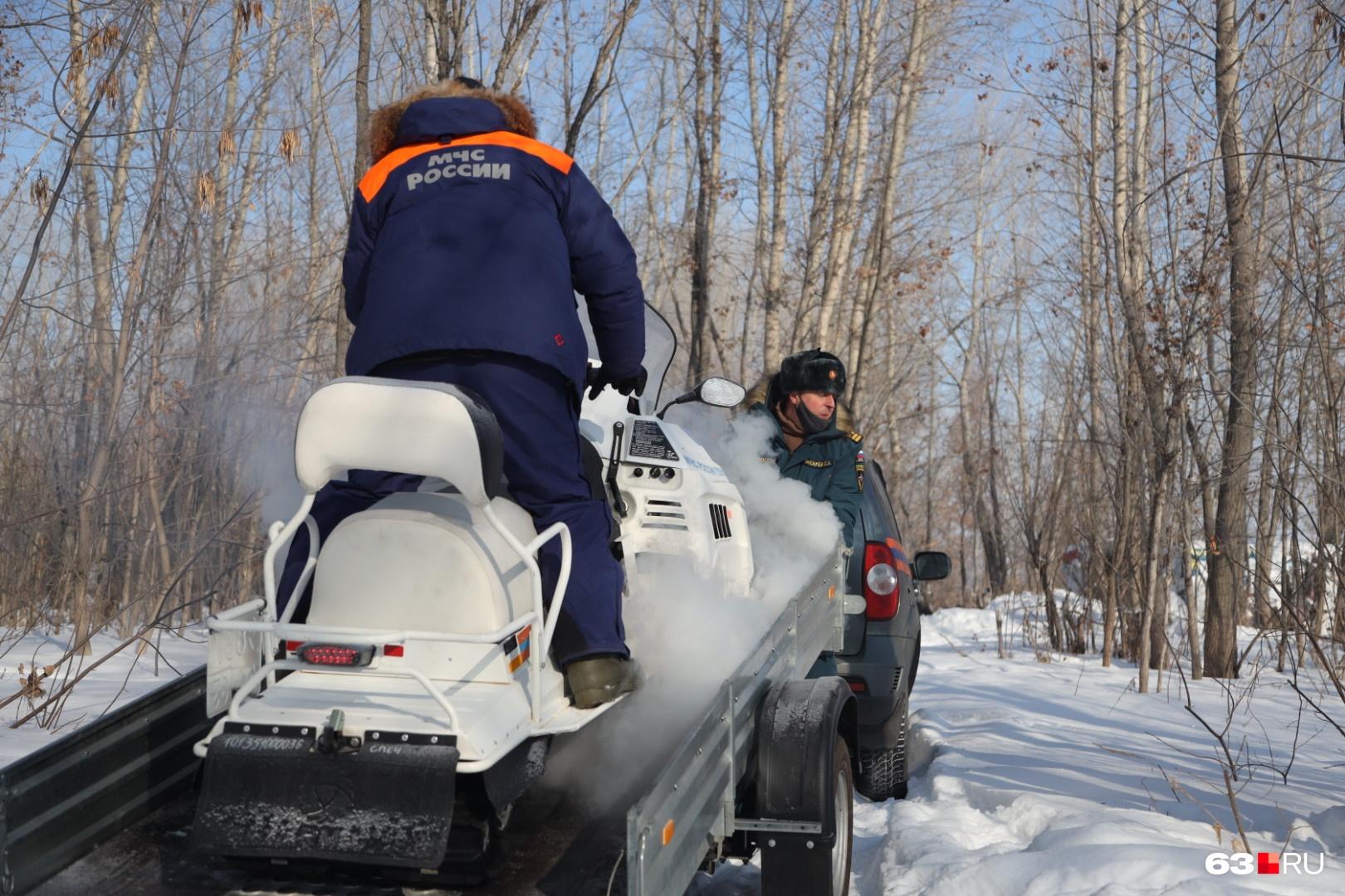 Прежде чем отправиться в рейд на снегоходах, их нужно доставить до пункта назначения