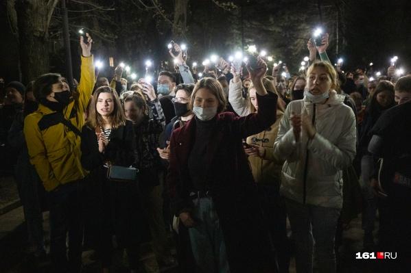 К вечеру сторонники оппозиционера включили фонарики