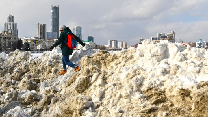 Такая разная весна: фоторепортаж из Екатеринбурга, который еще не избавился от сугробов, но уже утопает в лужах