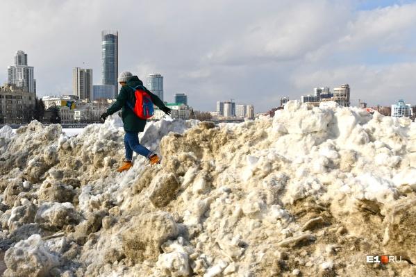 Метровые сугробы — такой вот признак весны в Екатеринбурге
