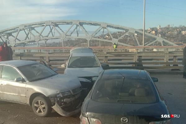 Очевидцы сообщали, что на мосту во время столкновений пострадало более 10 автомобилистов