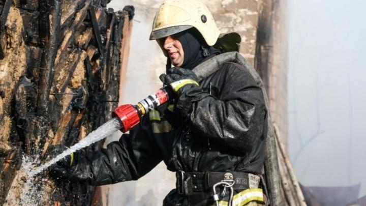 В Волгограде при пожаре в аварийном доме погибла женщина