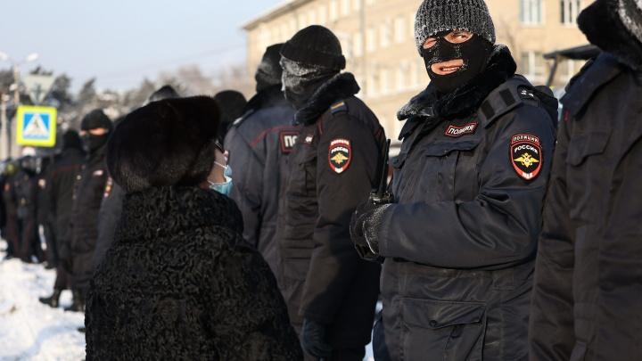 Участники несогласованной акции протеста в Челябинске дошли до памятника Курчатову