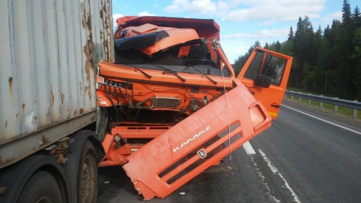 В Холмогорском районе столкнулись два грузовика. Один из водителей был нетрезв и лишен прав
